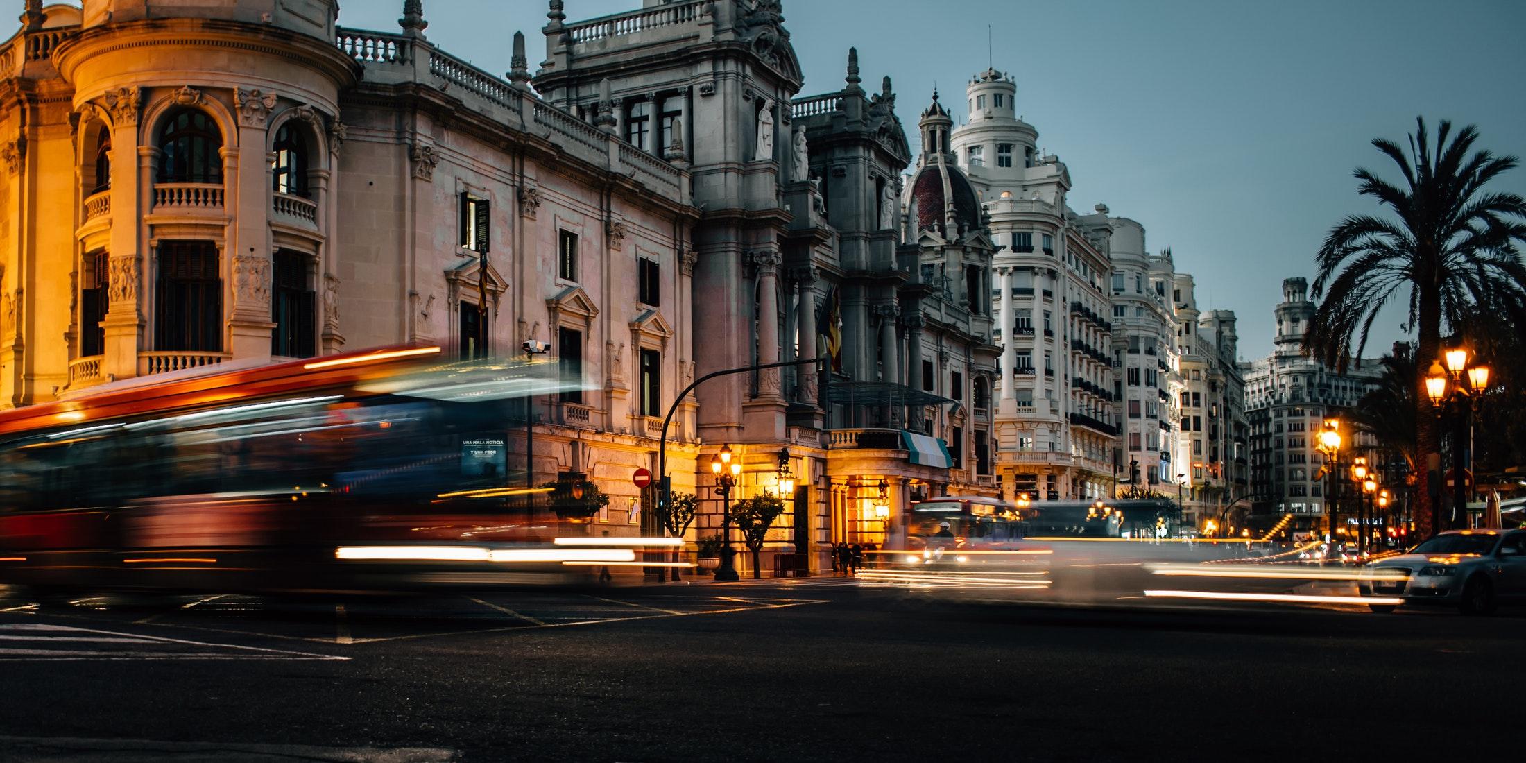 ¿A dónde debería ir para salir por la noche en Valencia?